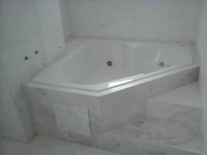 Banheira revestida em Mármore Branco Pigues